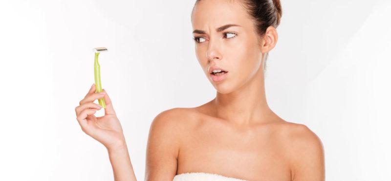 фото испуганной девушки в полотенце с бритвой в руках
