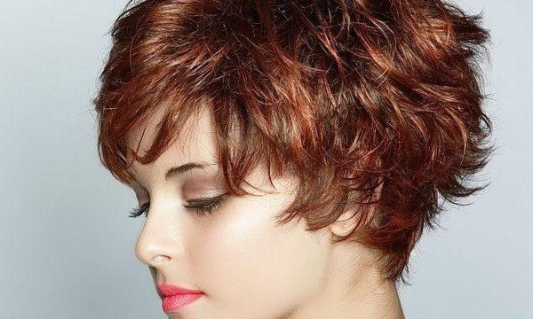 женщина короткие волосы крашеная
