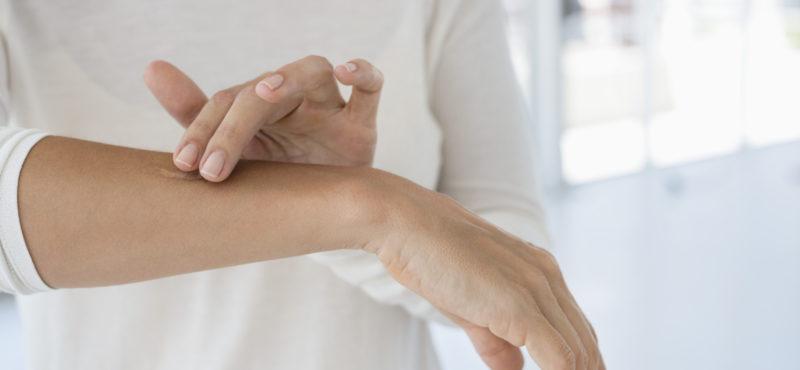 женские руки депиляция